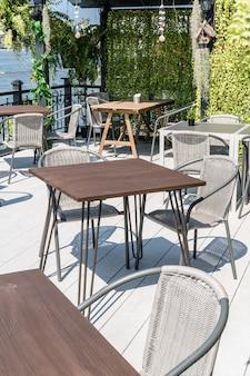 Пустой открытый патио стол и стул в ресторане