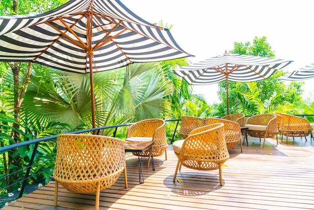 空の屋外パティオテーブルとクッション付きの椅子