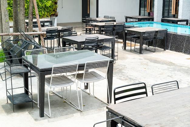Пустые уличные столы и стулья возле фонтана