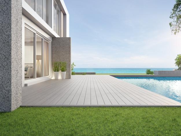 Пустая открытая терраса с деревянным полом возле бассейна и зеленой травы
