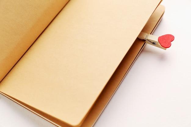 발렌타인 하트와 노트북의 빈 페이지.