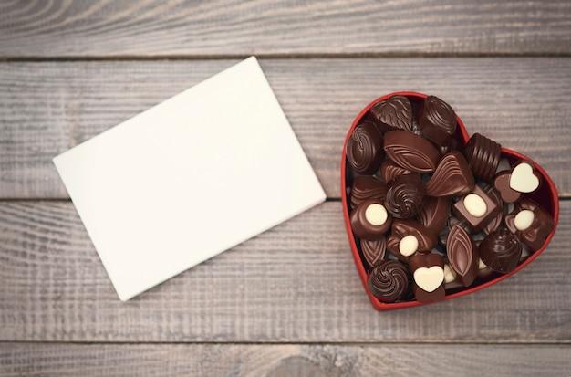 Пустая бумага и открытая коробка шоколада