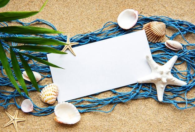 바닷가 모래에 빈 종이 카드