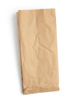 Пустой бумажный одноразовый пакет из коричневой крафт-бумаги на белом фоне, концепция отбраковки пластиковой упаковки