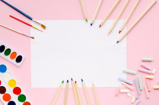 Пустая бумага с цветами и карандашами