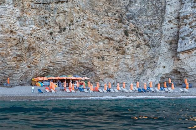 Пустой райский пляж на острове шезлонги и зонтики остров корфу греция летние каникулы