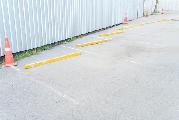 Parcheggio auto vuoto