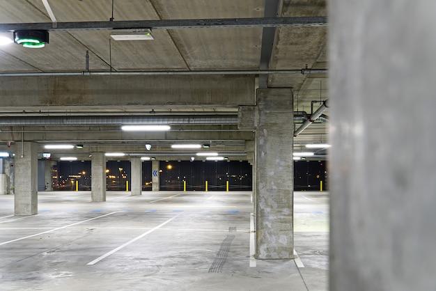 소프트 포커스와 빈 주차장 집입니다. 흐리게하는 빈 주차장. 쇼핑 센터에있는 주차장 집