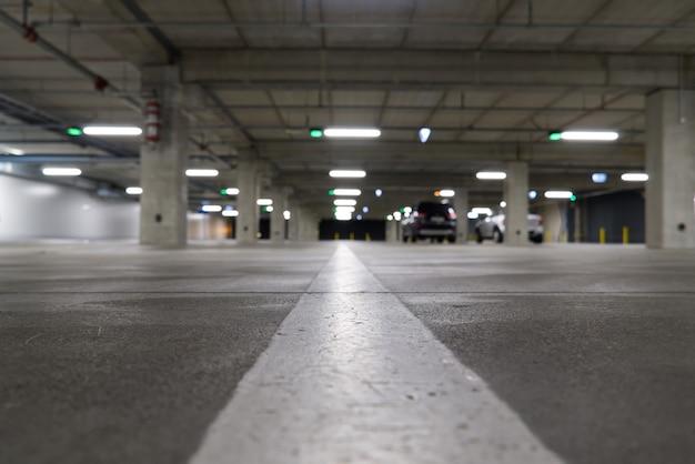 소프트 focuse와 빈 주차장 집입니다. 빈 주차장 blured. 쇼핑 센터에있는 주차장 집