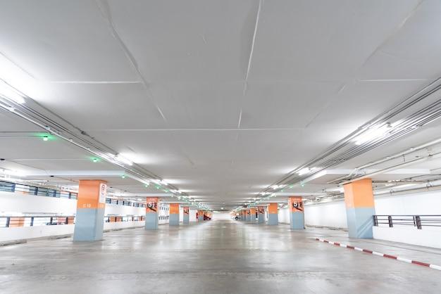 Пустая парковка в подземной парковке.