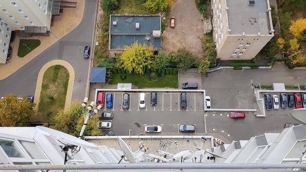 Пустые автостоянки перед зданиями, вид с воздуха. двор многоэтажного жилого дома, вид с крыши дома.