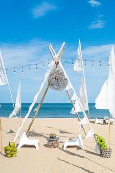 海のビーチの背景を持つビーチの空のパティオ屋外テーブルと椅子
