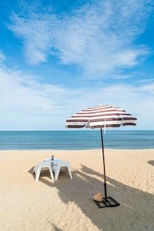바다 해변을 배경으로 하는 해변의 빈 테라스 야외 테이블과 의자