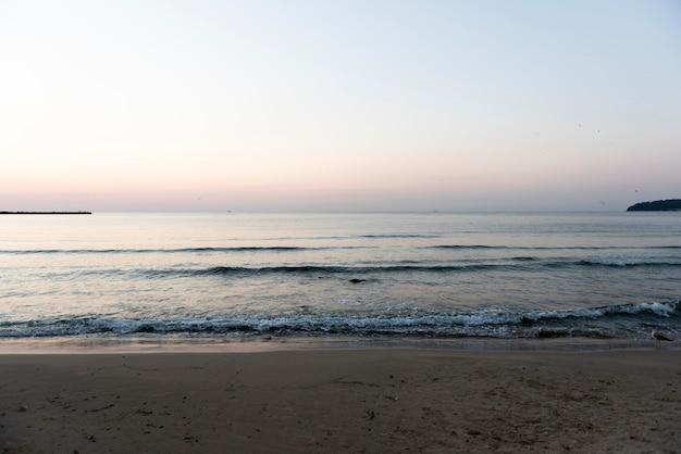 Posto tranquillo vuoto sulla spiaggia