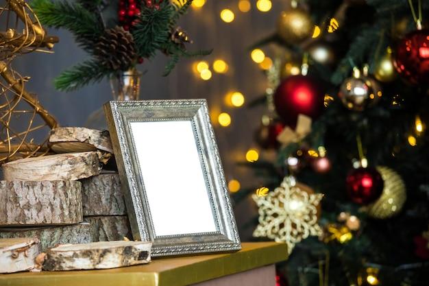 빈 사진 프레임 및 크리스마스 트리