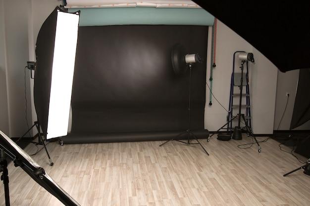 다양한 조명 장비가 있는 빈 사진 스튜디오. 복사 공간이 있는 사진