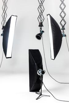 照明器具付きの空の写真スタジオ