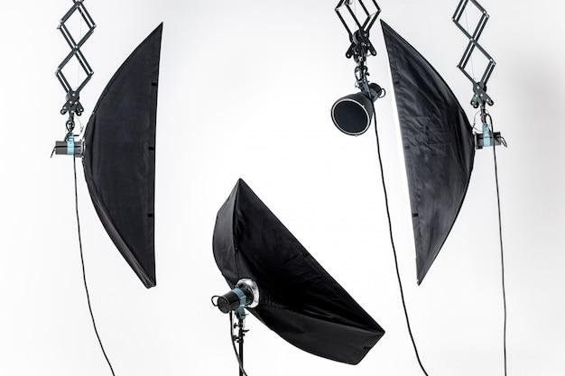 Пустая фотостудия с осветительным оборудованием