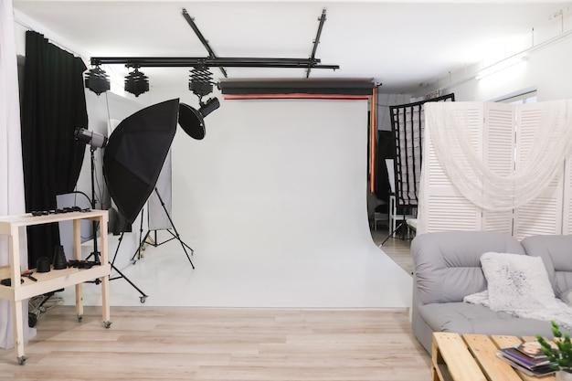 Пустая фотостудия с профессиональным осветительным оборудованием