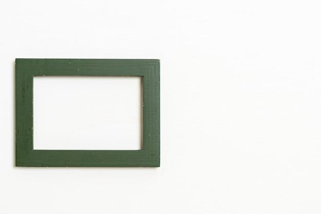 コピースペースと白い壁の背景に空の額縁