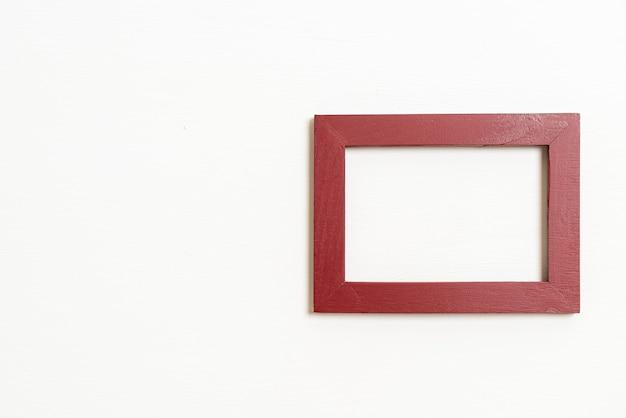 복사 공간이 있는 흰색 벽 배경에 빈 그림 프레임