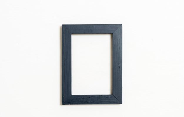 흰 벽에 빈 그림 프레임 프리미엄 사진