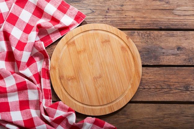 Пустая доска для пиццы на деревянном столе, вид сверху