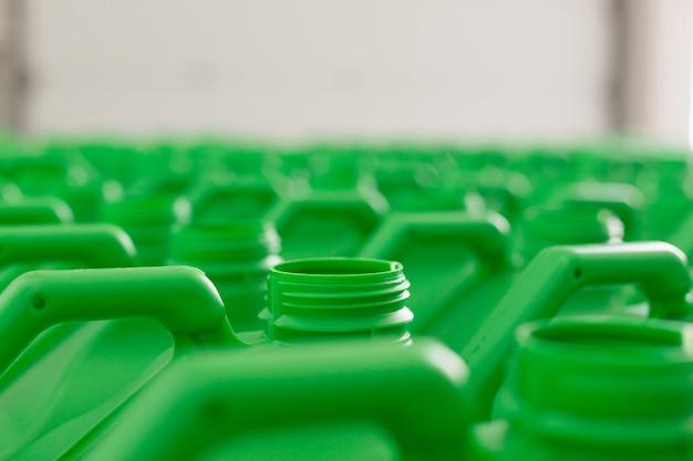液体用の空のプラスチック缶緑色