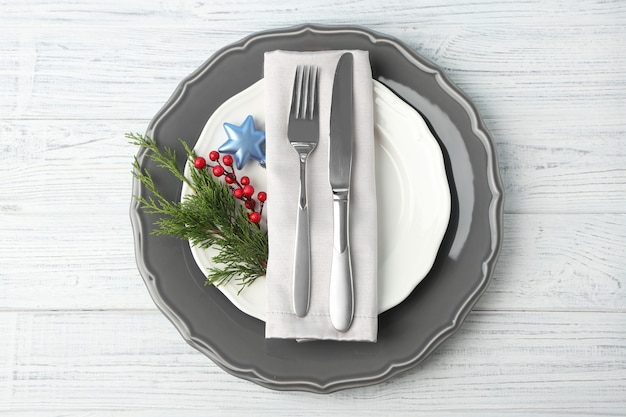 Пустая тарелка, вилка и нож на деревянных фоне
