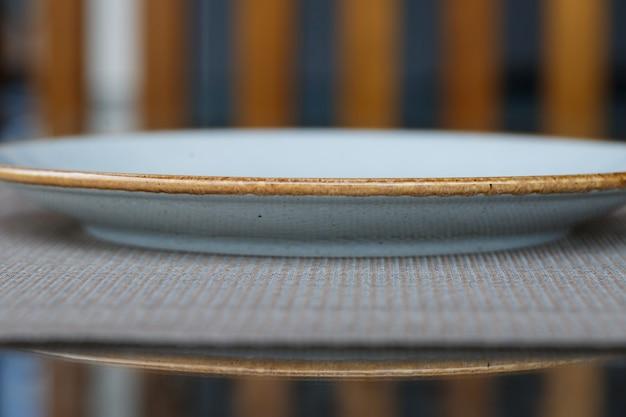 저녁 식사를 위해 파란색 유약 세라믹 멜라민의 빈 접시.