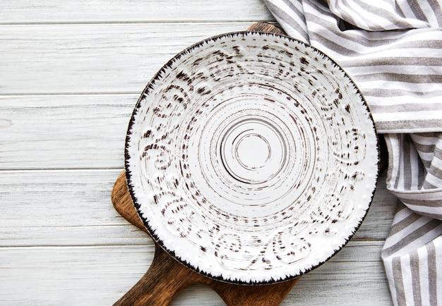 Пустая тарелка на деревянном столе