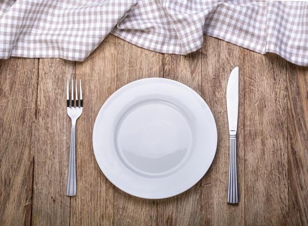 Пустая тарелка на скатерть