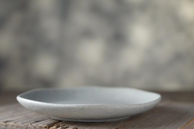 テーブルの上の空の皿