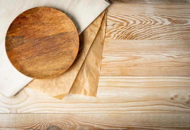 コピースペースと白い木製のテーブルトップビューの空のプレート。