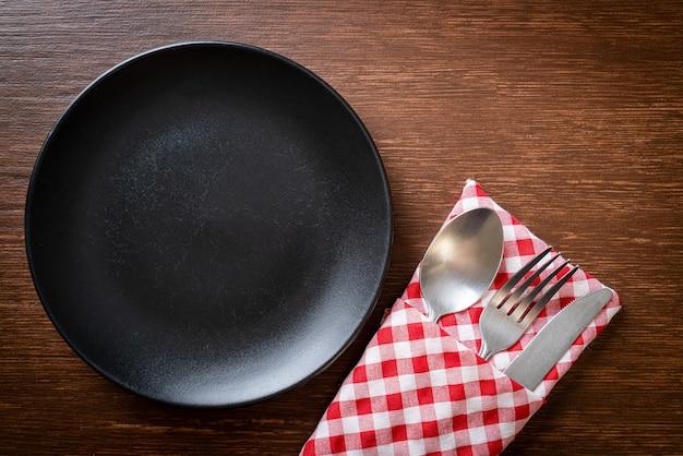 나무 타일에 칼, 포크와 숟가락 빈 접시 또는 접시