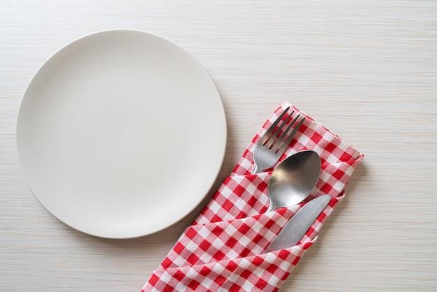 ナイフ、フォーク、スプーンで空の皿または皿