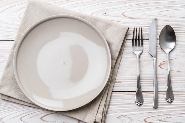 빈 접시 숟가락 포크와 나이프