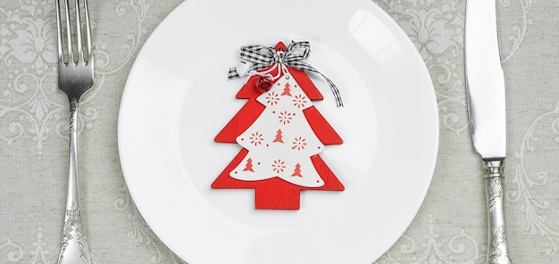 Пустая тарелка с рождественскими и новогодними украшениями для праздничного меню.