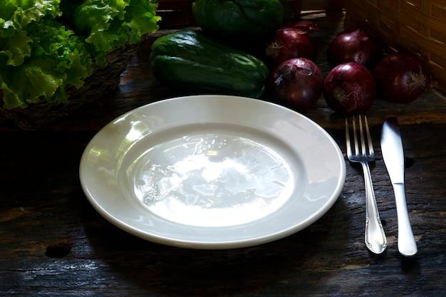 Пустая тарелка с серебряными изделиями
