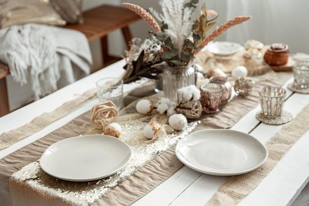 Пустые тарелки и стаканы на украшенном обеденном столе на праздник пасхи