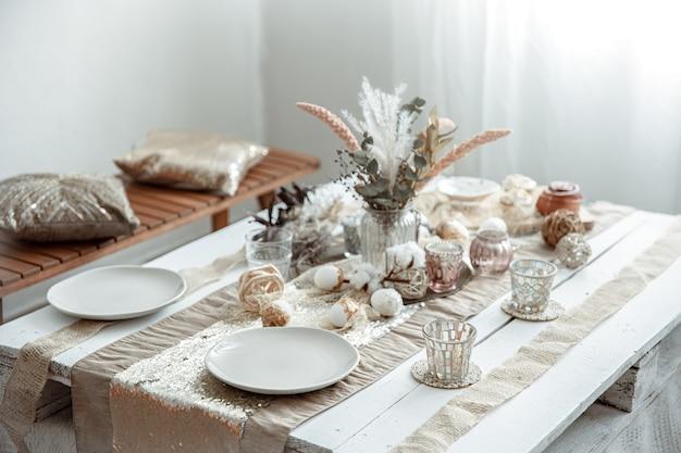 イースター休暇のための装飾されたダイニングテーブルの空の皿とグラス。