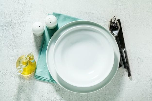 Пустые тарелки на синей салфетке и белом
