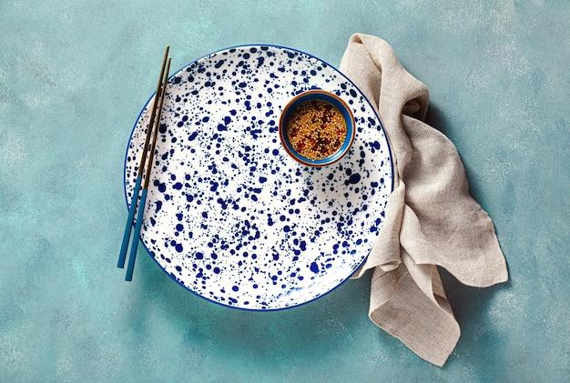 Пустые тарелки на столе. сервировка обеда или ужина.
