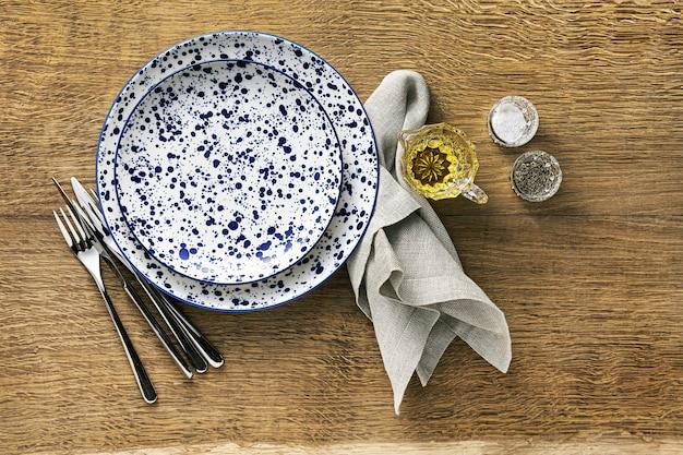 木製のテーブルに空の皿。