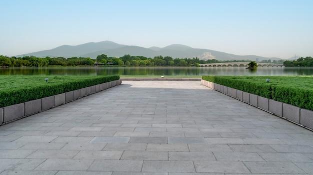 Пустые кирпичи на полу площади и красивый природный ландшафт