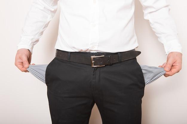 男の手に空のポケット。破産、破産のコンセプト。