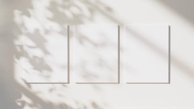 빈 포스터는 중립적인 흰색 벽 배경, 3d 그림에 나뭇잎 그림자와 햇빛으로 조롱합니다.
