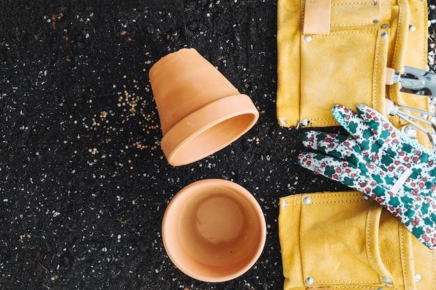 원예 도구와 가방 근처 빈 냄비
