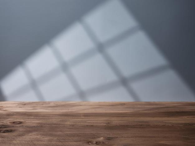 벽에 있는 창에서 빛이 들어오는 빈 프레젠테이션 테이블