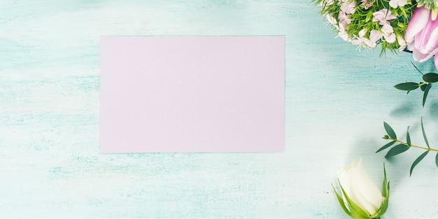 Пустая фиолетовая открытка цветы тюльпаны розы весна пастельные тона